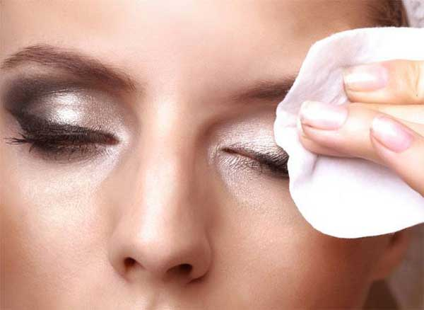 پاک کردن آرایش با دستمال مرطوب